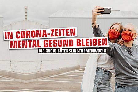 Zwei Frauen mit Maske fotografieren sich /Mentale Gesundheit