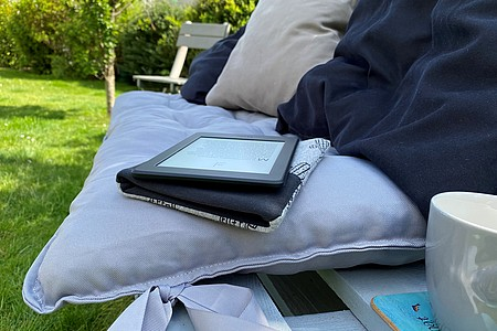 eBook-Reader im Garten