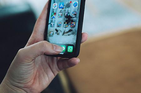 iPhone Bildschirm mit verschiedenen Apps und Whatsapp