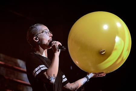 Frau hält Luftballon in der Hand