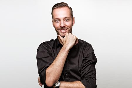 Jürgen Kerbel steht vor einer grauen Wand