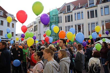 Menschen mit bunten Luftballons