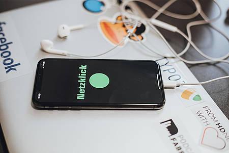 Smartphone mit geöffnetem Netzklick