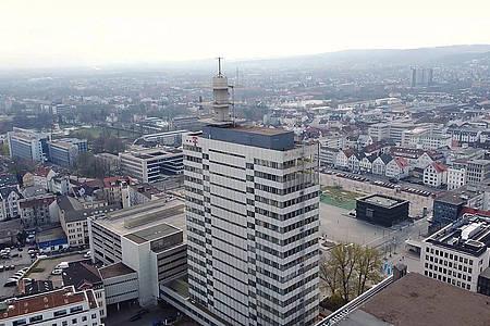 Im Vordergrund steht das Telekom-Hochhaus daneben sind die Dächer der Häuser aus der Bielefelder Innenstadt zu sehen.