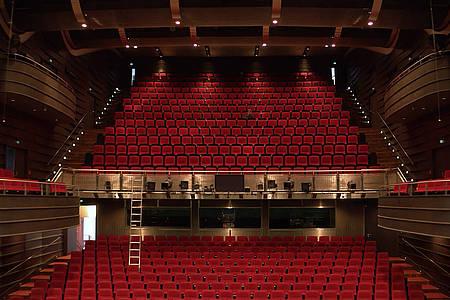Blick von der Bühne auf die rot bestuhlten Ränge des Theaters in Bielefeld